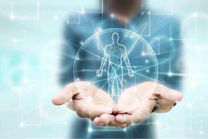 Unas manos que ofrecen un holograma de un cuerpo integrado