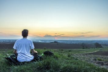Una persona sentada mirando el horizonte