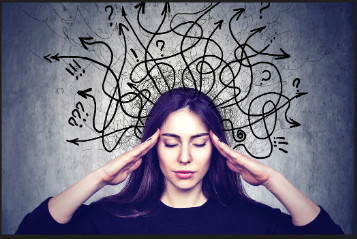 Una cabeza de la que le salen flechas y signos de admiración, simulando el estrés mental