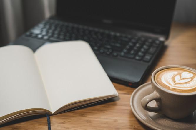 cafe libreta y ordenador