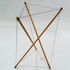 Modelo de construcción por tensegridad, formada por tres barras y 9 tensores.