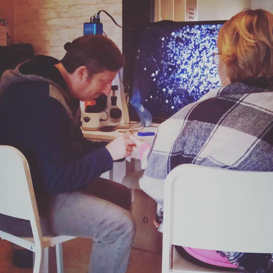Josh Bigelsen analizando la sangre en el microscopio de campo oscuro